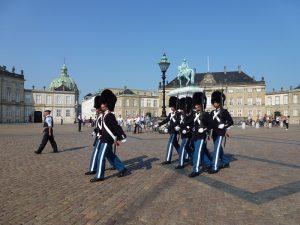 Königliche Wachablösung am Schloss Amalienburg. Foto: Klemens Grätz
