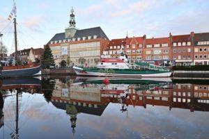 Hafen mit Rathaus im Hintergrund