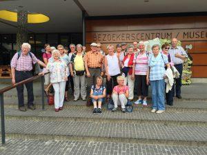 Wandergruppe vor dem Besucherzentrum/Museum, Foto: Margit Schneider